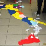 italia con posizionati i cartellini delle città tappa del giro dell'italia meridionale e delle isole