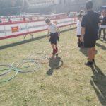 alunni che camminano in cerchi colorati